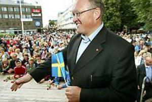Tjänade pengar. Göran Persson lockade storpublik till den specialbyggda scenen vid Rådhustorget. Han sålde 60 signerade exemplar av sin nya bok Vägskäl. Foto:LARS WIGERT