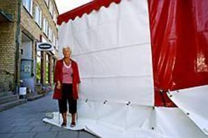 Foto: TERESE PERMAN I skymundan. Eva Lättman Löfgren är besviken på Cityfestens arrangörer som gömt hennes butik på Hamiltongatan bakom ett högt tält. - Jag borde ha blivit informerad, säger hon.