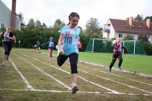 Bergetskolans Josefin Holm vinner här ett av försöksheaten på 60 meter för årskurs 5. Hon vann även finalen på tiden 9,2 sekunder. Dessutom vann Josefin tjejernas höjdhopp med sina 1.10 meter.