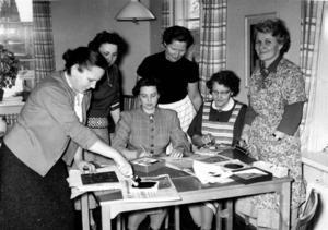 Kurs i textiltryck i Sandviken 1957. Känner du igen någon av damerna på bilden?