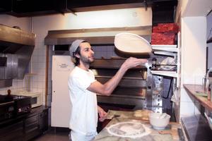 Fredrik på hörnet har för andra året i rad utnämnts till Sandvikens bästa pizzeria av Onlinepizzas användare. De snabba leveranserna är en av förklaringarna, tror ägaren Ayar Aziz.