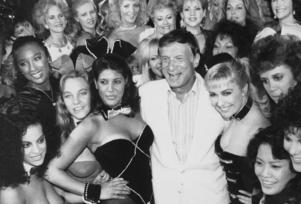 Hugh Hefner poserar 1986 tillsammans med några av de kvinnor som genom åren avbildats i sexmagasinet. Arkivbild.