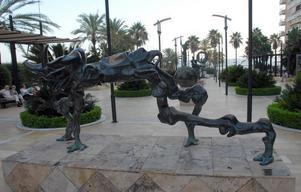 En av Salvador Dalís skulpturer i Marbella.