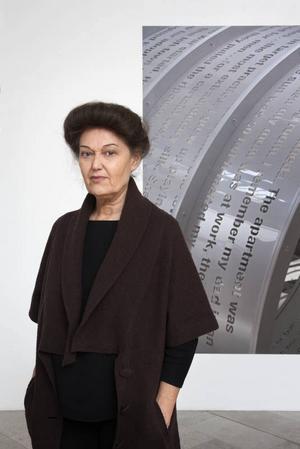 Speglar samtiden. Mary Kellys konstnärskap sammanfattas på Moderna museet.