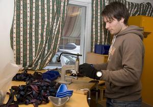 Maskar inte. Nej, det går inte att ligga på latsidan när beställningarna duggar tätt. Här är det Mats Trollvad som nitar fast spännbanden.