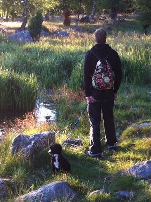 Mysig höstpromenad på Ängsö! Min man Johan Eriksson och vår härliga lilla Dante. Vi promenerade bland stenar och tuvor, in i fårhagar och stim av dovhjortar, Prästgårdsrundan rekommenderas varmt, 5,5 km vacker promenad. Fotot är taget precis i en skön stund innan kaffe och go-fika dukas fram, vatten och tugg till Dante. Man undrar ju vad mina härliga grabbar funderar på! Helt magisk bild!