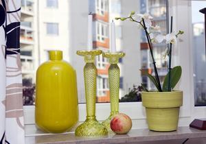 Grupperat i gult. Ljusstakarna i gult glas hittade Gun-Marie i en fyndlåda. När hon sedan fann vasen, också till fyndpris, var gruppen som lyser upp fönsterbrädan ett faktum.