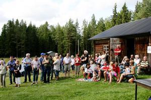 Mycket folk hade kommit till Ololsvallen på fredagen för att följa invigningen. Vallägare till Lassasvallen Patrik Uhras hälsade alla välkomna och Barbro Hårding från Länsstyrelsen berättade bland annat om hur ett kulturreservat kommer till.