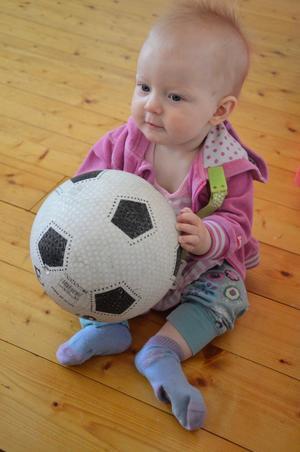 Vem vill bolla med mig? undrar Agnes Frööjd, nio månader.