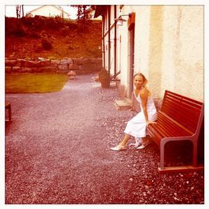 Anna Duberg utanför bryggeriet i Nora där inspelningen ägde rum.