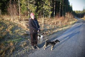 """Maud Jönsson som bor i Odensala var ute och gick med hundarna Svea och Ville runt Lillsjön som hon gör varje dag.""""Det är jättetråkigt att det är såhär och jag har tänkt på det länge. Det är så synd eftersom det nästan inte finns några kommunala badplatser kvar i stan."""