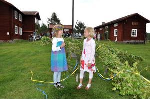 När femkampen var över blev det traditionsenligt midsommarfirande på gammelgården. Karolina Bengtsson och Leona Larsson-Hjorth var stolta över att ha klätt midsommarstången.