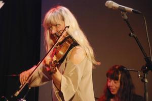 Lena Willemark med Tina Quartey i bakgrunden.