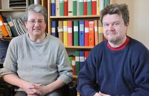 Göran Hansson, till vänster, är Bygg- och miljöchef på Ragunda kommun. Till höger syns också miljöinspektör Patrik Larsson.