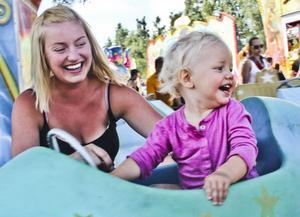 Signe Kvist-Stenberg har åkt karusell för första gången i sitt 13 månader långa liv. Det hände på Bergviks Marknad – och mamma Emilie fick åka med.