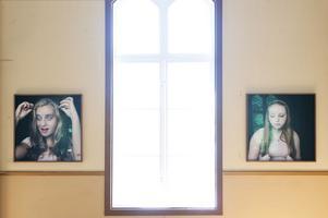 Julia Peirones porträtt av tonårsflickor får en religiös lyster i Gagnefs gamla missionshus.