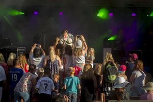 Så fort Robin Stjernberg klev ut på scenen samlades ett gäng som ville stå extra nära under konserten.