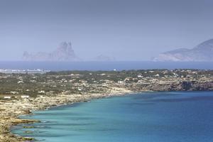 Utsikt över Formentera med Ibiza i bakgrunden.   Foto: Shutterstock.com