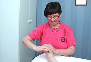 Eva Granberg är utbildad zonterapeut, är i Kungsör en kväll i veckan och tar emot även i bostaden hemma i Köping.