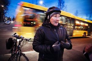 Guje Nilsson, från Östersund, cyklar till och från Palmcrantzskolan varje dag där hon arbetar. För några år sedan blev hon tillsagd av en polis när hon inte hade belysning på sin cykel. Sedan dess har regeln suttit inpräntad.