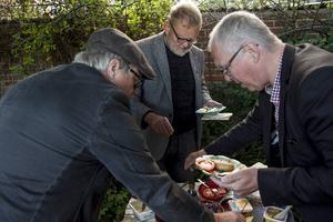 Östen Eriksson, Bergs-Lars Hansson och Per Sonerud tar för sig av surströmmingarna och tillbehören.