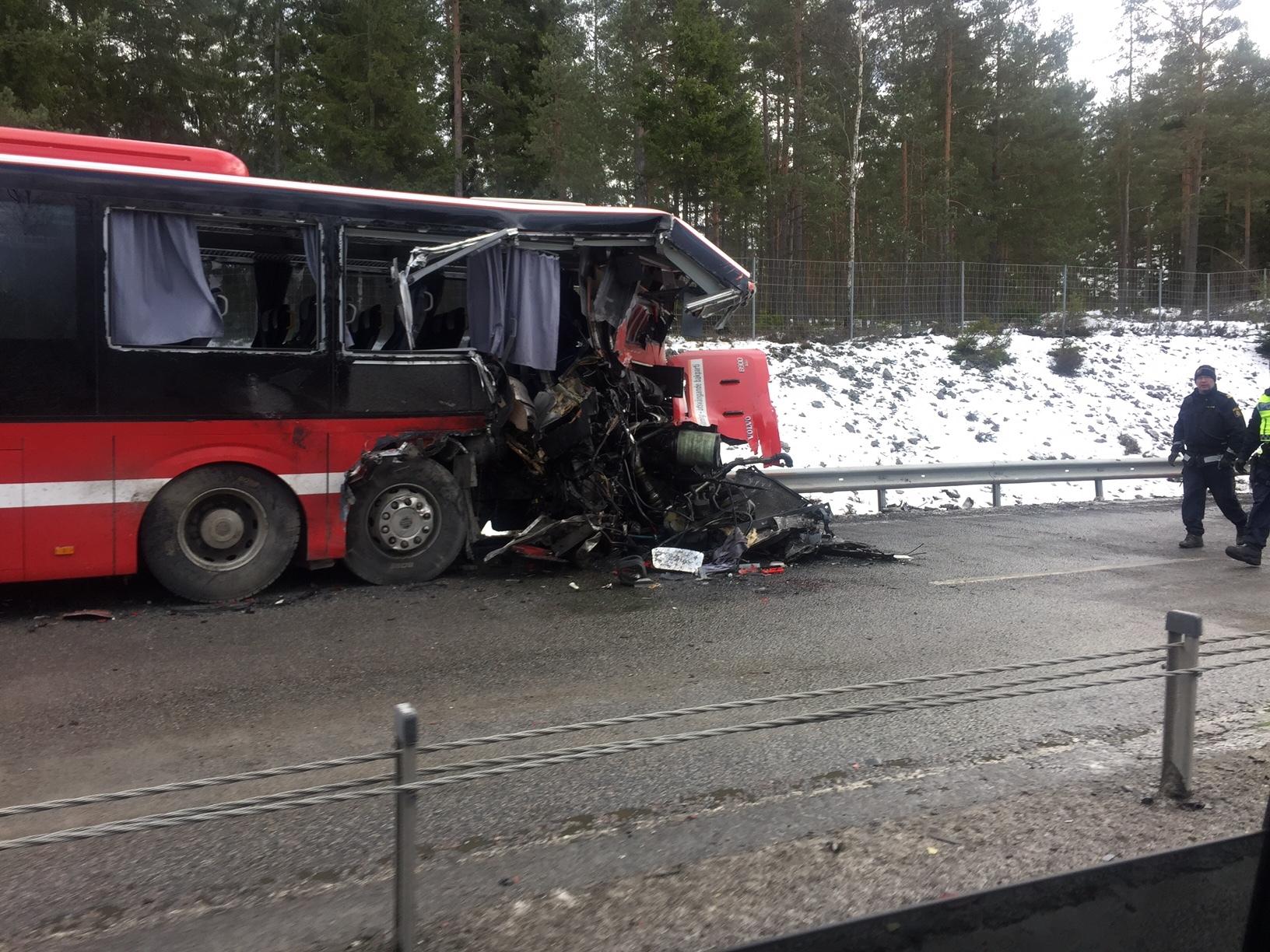 Lastbil och personbil i krock i rimbo