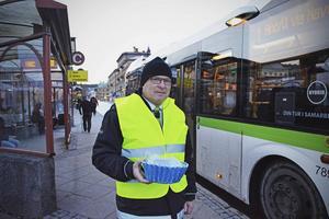 Busschauffören Kåre Jonsson agerar resevärd. Här delar han ut frukt och gåvor till resenärer.