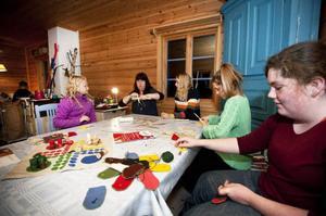 Lina Rosenberg, Martina Kraft, Ella Thorén och Ingrid Zetterström pysslar med lite olika saker. Till sin hjälp har de Siw Myhr som kommer med kloka tips.