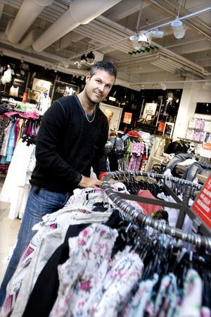 TAR DET LUGNT. Peter Öhrn, butikschef för Kappahl i Gävle,  tror inte att den ekonomiska oron i omvärlden påverkar kunderna  i någon större utsträckning.