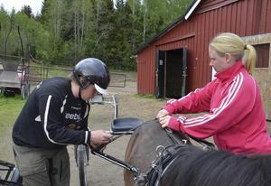 Ida Häll hjälper Johan Persson göra i ordning Trolle inför ett pass i skogen.