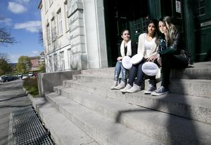 Nya regler sätter stopp för studenter. Nu får de smita ut genom bakdörren som förr om åren. Från vänster i bild: Worod Ghayadh, Rosita Jeretsian och Lubna läser natursamhälle på Täljegymnasiet.
