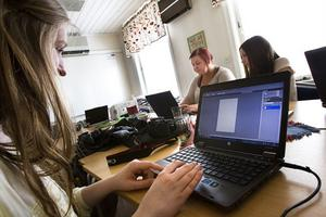 Emma Hägersten, Josefin Svedberg och Emma Jonsson gör vykort som passar ungdomar.