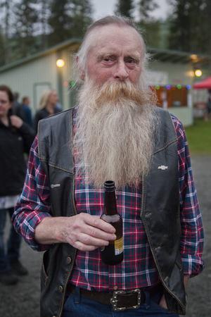 Gunnar Nilsson från Lockne står och lyssnar på musiken.