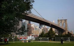 På Manhattan arbetar Emily, den ena av de båda systrarna i Richard Yates Easter Parade.