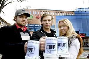 muffare. De unga moderaterna Fredrik Bokedal, Jacob Edin och Elin Skoog kommer under lördagen att stå med bössor på stortorget i Gävle för att låta Gävleborna bidra med egna pengar till kommunens kulturhuvudstadsprojekt.