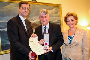 Presidents rådgivare, Julian Chifu delar ut Rumäniens stjärna till Lennart Eriksson. Till höger syns den kvinnliga Rumänska ambassadören, Raduta Matache.