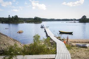 Från Gabrielle Roland Waldéns stuga leder en lång gång ut till bryggan och båten.