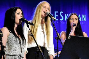 i Bakgrunden. Emelie Samuelsson, Rosalie Johnsson och Matilda Johansson körade åt sina kompisar.