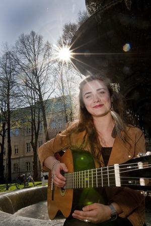 Lovisa Hellsten firar sin 18-årsdag i dag. Skolan och musiken tar nästan all tid, men i sommar tänker Lovisa satsa på körkortet med hopp om att kanske klara det till hösten.