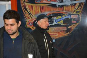 Många elever hade samlats reda vid 07.30 när Micke Kågered och Kent Karlsson kom med den stora trailern till Broman.