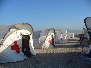Efter en tid upprättades ett mer strukturerat läger för Rödakorspersonalen, med större sovtält och riktiga kökstält.