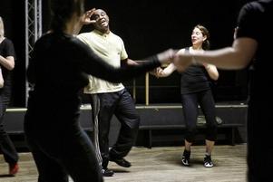 SMITTSAMT. Julio Espinal har ett smittsamt skratt och hans kurs i salsa rueda på latindansfestivalen i Musikhuset är en glädjefylld historia