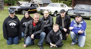 Medlemmar ur Road Runners, motorklubben i Ljusdal som på lördag välkomnar till bilens dag vid Hembygdsgården i Ljusdal. Där bjuds en mängd aktiviteter som kretsar kring glidarbilar. Sen blir det cruising genom köpingen.