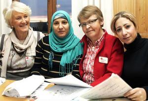 Iréne Fregelin i rött är en av de ansvariga för språkcaféet, här med Aina Andersson och Rana och Amani från Syrien.