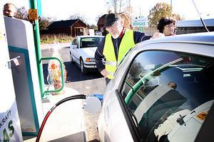Gunnar Liss tankar Bilpool i Salas Fiat med biogas. Foto: Mikael Stenkvist
