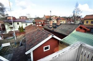 Utsikten är fin över taken i olika vinklar, mot Stora Kopparbergs kyrka. De nya passivhusen ger dock en nya skyline.