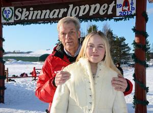 Tävlingsledaren Evert Ryen presenterar kranskullan i Skinnarloppet 2012, skidtjejen Nathalie Johansson.