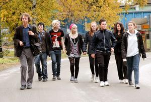 På ljudjakt. Eleverna i Kyrkbacksskolans musikprofilklass årskurs 9 vandrade runt i Kopparberg med musikern David Lennartsson för att hitta något att spela in.