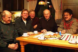 Fem av de engagerade om de båda övergivna kolmilorna i Oxsand - Ingvar Stridsberg, Jan Lövgren, Clas Udén, Kalle Lindberg och Kjell-Åke Hermansson.