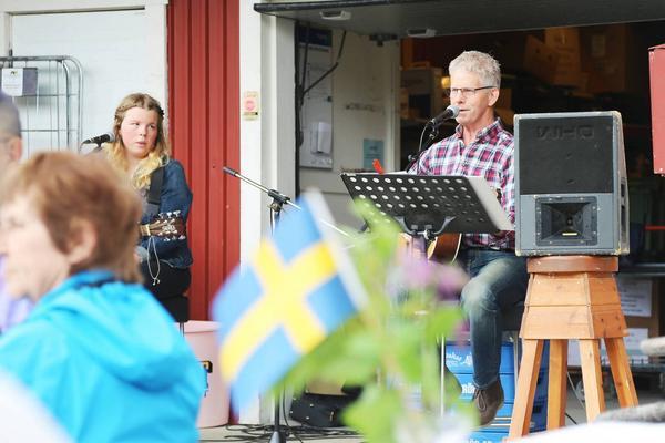 Även i Vemhån firades nationaldagen utanför affären. Där underhöll Kent Persson och Sofia Högare.